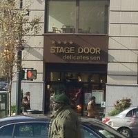 Das Foto wurde bei Stage Door Delicatessen von Jayce B. am 11/8/2012 aufgenommen