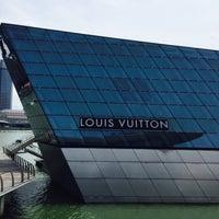 Foto scattata a Louis Vuitton Island Maison da •• i v y • il 7/19/2015