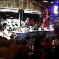 Das Foto wurde bei Shout House Dueling Pianos von Nikki M. am 5/27/2013 aufgenommen