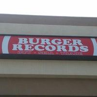 รูปภาพถ่ายที่ Burger Records โดย Cole C. เมื่อ 4/4/2013