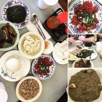 Foto tomada en Helena's Hawaiian Food por Nicole el 9/29/2016