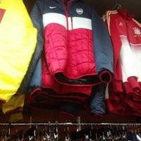 Das Foto wurde bei Pro Soccer Store von Millie E. am 12/29/2012 aufgenommen