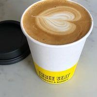Photo prise au Three Seat Espresso & Barber par Dani D. le5/4/2018
