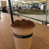 Foto scattata a Omotesando Koffee da kjs il 10/2/2018