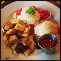 รูปภาพถ่ายที่ Eastside Cafe โดย Lisa T. เมื่อ 4/6/2013