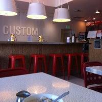 3/21/2013 tarihinde Mika V.ziyaretçi tarafından Custom Burger'de çekilen fotoğraf