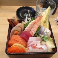 Foto scattata a Sushi Tora da Helen Y. il 11/19/2013