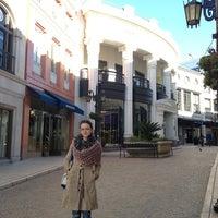 Снимок сделан в Streets of Beverly Hills пользователем Kate D. 1/14/2013