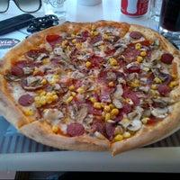 Foto scattata a Olivia's Pizzeria da S. O. B. il 5/12/2013