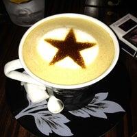 Снимок сделан в Best Coffee House пользователем Özgün G. 11/6/2012