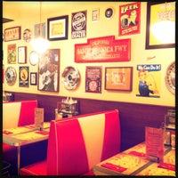 Foto scattata a Bernie's Diner da Impossibly A. il 12/9/2012
