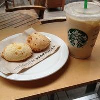 Foto tirada no(a) Starbucks por Hugo V. em 10/24/2012