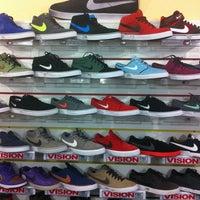 Foto scattata a BOARDak Boardshop da piN il 11/8/2012