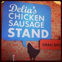 Foto tomada en Delia's Chicken Sausage Stand por Mike A. el 10/14/2011