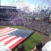 Das Foto wurde bei Coors Field von Brittany S. am 4/9/2012 aufgenommen