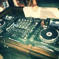 Photo prise au UMBRA Bar & Lounge par Osvaldo N. le2/1/2012