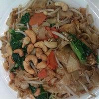 Foto tomada en Phatboys Thai por Kat J. el 10/13/2011