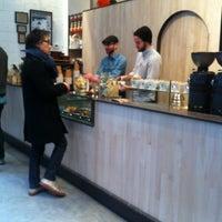 Foto scattata a Blue Bottle Coffee da Judith H. il 2/25/2012