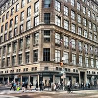 Foto tomada en Saks Fifth Avenue por The Corcoran Group el 8/24/2011