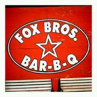 รูปภาพถ่ายที่ Fox Bros. Bar-B-Q โดย Josh O. เมื่อ 10/4/2011