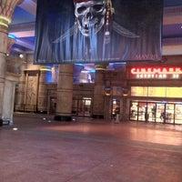 Das Foto wurde bei Cinemark Egyptian 24 von Tim am 5/17/2011 aufgenommen