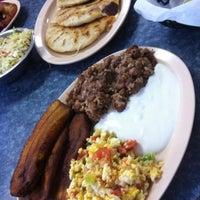 7/29/2012 tarihinde Heather W.ziyaretçi tarafından Las Pupusas'de çekilen fotoğraf
