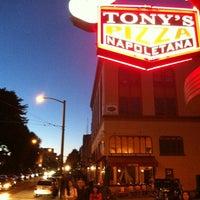 7/7/2012 tarihinde Neil S.ziyaretçi tarafından Tony's Pizza Napoletana'de çekilen fotoğraf