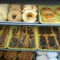 รูปภาพถ่ายที่ Cops & Doughnuts Bakery โดย Joe W. เมื่อ 2/14/2012