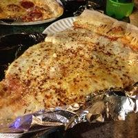 รูปภาพถ่ายที่ Jumbo Slice Pizza โดย ben m. เมื่อ 5/14/2012
