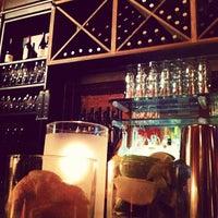 Foto tomada en Les Zygomates Wine Bar Bistro por JoAnne B. el 5/20/2012
