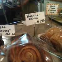 Das Foto wurde bei Artisan Foods Bakery & Café von Becky P. am 8/11/2012 aufgenommen
