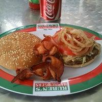 Foto tomada en Ruben's Hamburgers por Rafa T. el 11/1/2012