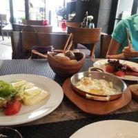 รูปภาพถ่ายที่ Lasagrada Brasserie โดย Aşkım T. เมื่อ 5/11/2013