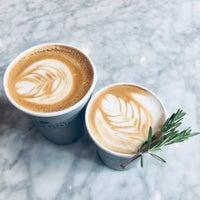 Foto tomada en Toby's Estate Coffee por Catherine H. el 10/13/2018