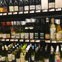 Foto scattata a Whole Foods Wine Store da Beth M. il 6/7/2017