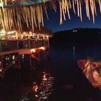 รูปภาพถ่ายที่ Hula Hut โดย Carlo R. เมื่อ 4/21/2013