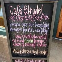 Foto tomada en Cafe Strudel por Chuck L. el 11/4/2012
