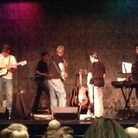 รูปภาพถ่ายที่ Eddie Owen Presents at Red Clay Theatre โดย Laura เมื่อ 9/29/2012