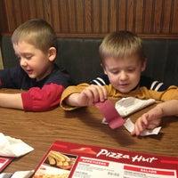 Foto tirada no(a) Pizza Hut por Jim V. em 11/26/2012