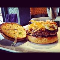 12/2/2012 tarihinde Rudy E.ziyaretçi tarafından Eden Burger Bar'de çekilen fotoğraf