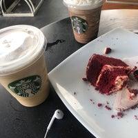 Снимок сделан в Starbucks пользователем Yeny R. 12/8/2017