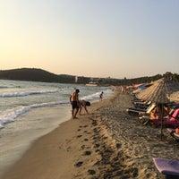 Foto tirada no(a) Pygale Beach por Can Mesut Ƽ. em 8/18/2018