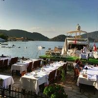 Foto scattata a Sardunya Restaurant da Alper O. il 6/6/2013