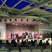 Das Foto wurde bei Bostanlı Suat Taşer Açıkhava Tiyatrosu von Alper O. am 6/12/2013 aufgenommen