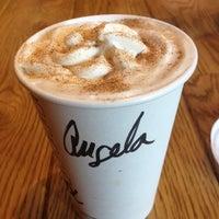 11/10/2012 tarihinde Angela L.ziyaretçi tarafından Starbucks'de çekilen fotoğraf