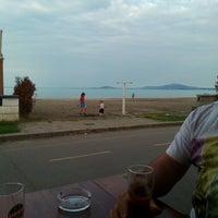 Foto scattata a Капаните (The small seafood restaurants by the beach) da Galina K. il 6/10/2017