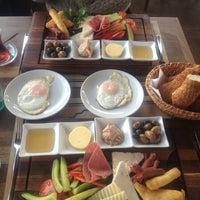 รูปภาพถ่ายที่ Shaka Restaurant Bar & Cafe โดย Meri เมื่อ 1/26/2013