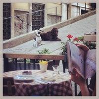 Das Foto wurde bei Tag Cafe & Bistro Istanbul von Vina B. am 4/26/2013 aufgenommen