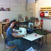 Foto diambil di LA Makerspace oleh Tara Tiger B. pada 6/10/2013