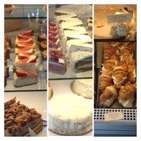 Das Foto wurde bei Bakery Nouveau von Monica T. L. L. am 5/21/2013 aufgenommen